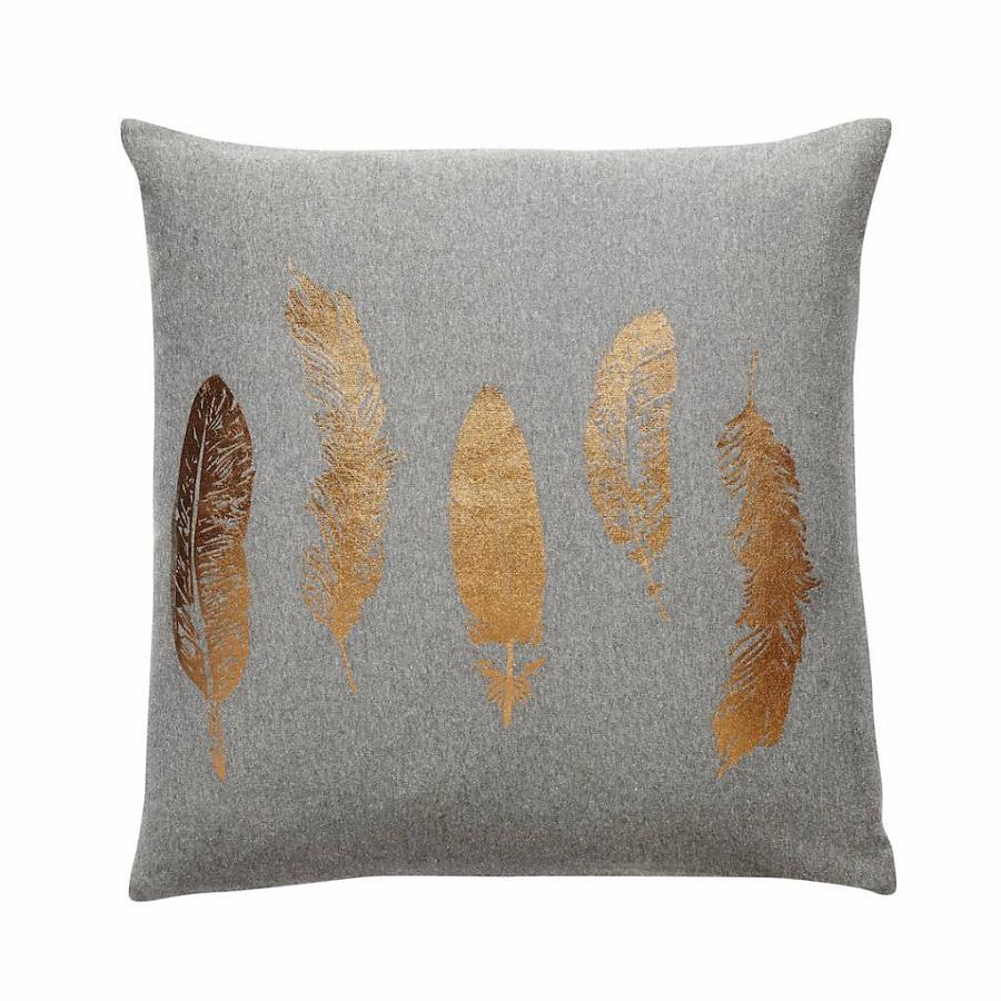 hubsch donkergrijs kussen met koperen veren zusenzo living. Black Bedroom Furniture Sets. Home Design Ideas